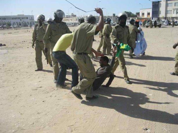 manifestant mauritanien tapé par un policier