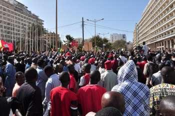 manifestants réunis place de l'indépendance à Dakar, le 19 mars en début d'après-midi