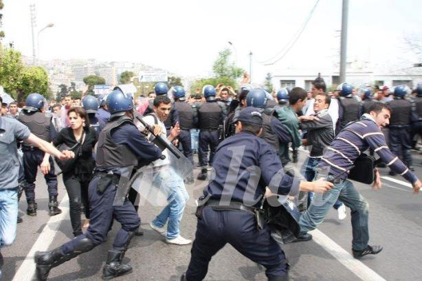 La police charge violement les étudiants
