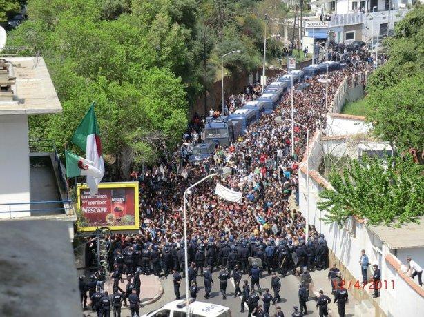 Les étudiants à proximité de la Présidence de la République