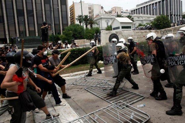 Affrontements entre jeunes Grecs et force anti emeutes 15/06/2011