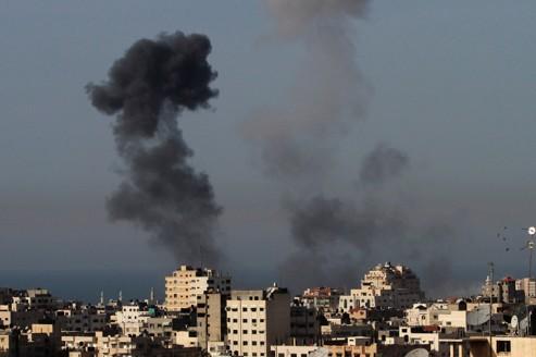 De la fumée s'élève au-dessus de la ville de Gaza, après un raid aérien samedi. Crédits photo : Hatem Moussa/AP