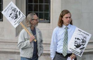 Des supporters de Julian Assange manifestant devant la Cour suprême, à Londres, le 30 mai 2012.