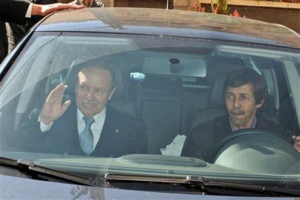 Saeed Bouteflika au volant a coté de son frère le président Abdelaziz