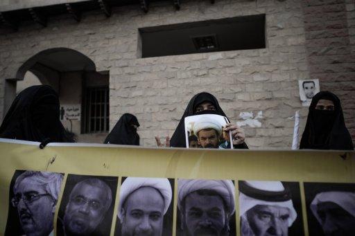 Des femmes portent le portrait de figures politiques incarcérées, le 6 janvier 2013 à Sanabis, à l'ouest de la capitale Manama La Cour de cassation de Bahreïn a confirmé lundi de lourdes peines contre 13 dirigeants de l'opposition au risque d'alimenter le mouvement de contestation des chiites dans le petit royaume du Golfe. - AFP - Mohammed al-Shaikh